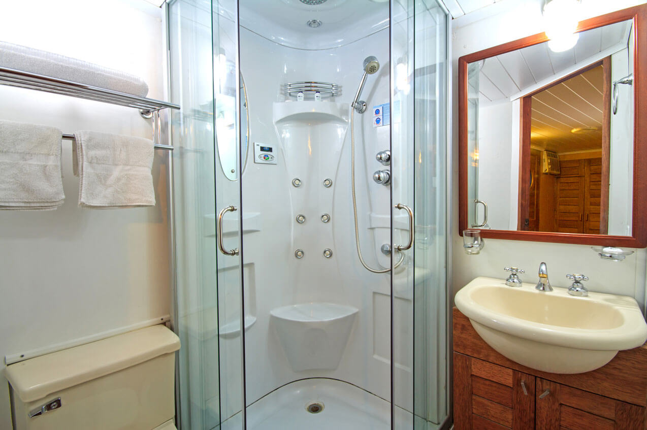 salle-de-bain-hotel-flottant-equateur-gaston-sacaze-cmanatee